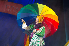 Negev, cerveja-Sheva, Israel - 12 de outubro - atriz do jogo de crianças grande com um guarda-chuva colorido brilhante fotos de stock