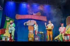 Negev, cerveja-Sheva, Israel - os homens dos atores e as mulheres na fase nas crianças s jogam com decorações imagens de stock