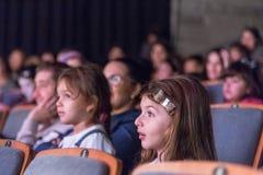 Negev, cerveza-Sheva, Israel - niños - la audiencia en la sala de conciertos con las sillas grises Imágenes de archivo libres de regalías
