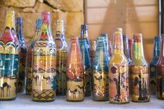 NEGEV, ISRAEL - 17 DE ABRIL 2017: recuerdos - adentro las capas vertidas arena coloreadas en una botella crean formas del desiert fotos de archivo libres de regalías