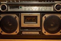 Negli anni 70 e nel 80s la musica è stata ascoltata tramite le cassette, un dispositivo di archiviazione magnetico Le radio erano immagini stock libere da diritti