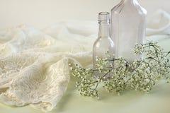 Negligee laçado com os frascos do Apothecary do vintage Foto de Stock