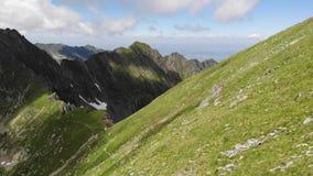 Negligenciando a montanha com os turistas nas montanhas de Fagaras - Romênia Ao platô da Transilvânia video estoque