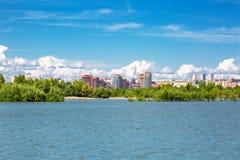 Negligenciando o rio Ob e o lado Bugrinskij de Novosibirsk foto de stock royalty free