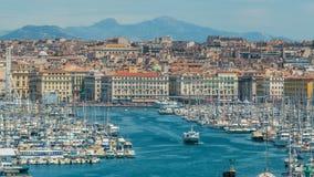 Negligencie do porto de Marselha com muitos barcos de vela amarrados densamente, arquitetura da cidade filme
