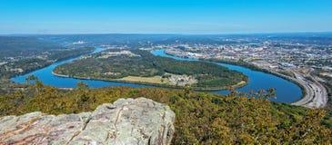 Negligencie a ideia da curvatura do mocassim, Tennessee River And The City imagens de stock