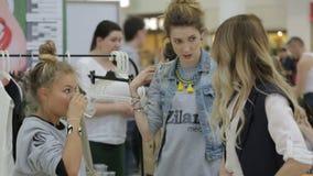 Negociações da jovem mulher com modelo antes do começo disparado filme