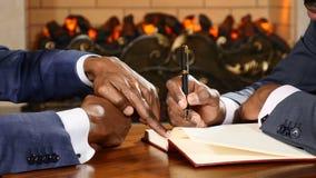 Negociações do negócio Feche acima de duas mãos dos homens de negócios durante negociações Sócios que discutem casos de empresa M filme