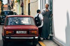 Negociações locais de um padre a equipar em Havana, Cuba imagem de stock royalty free