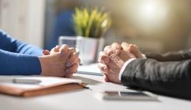 Negociación del negocio entre la empresaria y el hombre de negocios, efecto luminoso imagen de archivo
