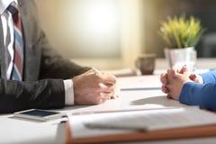 Negociación del negocio entre la empresaria y el hombre de negocios, efecto luminoso imágenes de archivo libres de regalías