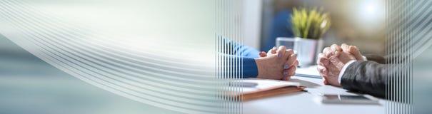 Negociación del negocio entre la empresaria y el hombre de negocios, efecto luminoso Bandera panorámica imagen de archivo libre de regalías