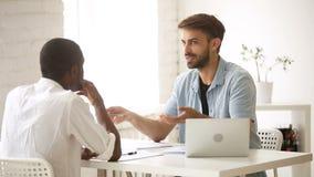 Negociación diversa de los hombres de negocios, hablando discutiendo negocio en el escritorio de oficina almacen de video