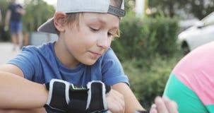 Negociaciones alegres de un muchacho a su padre durante un paseo metrajes