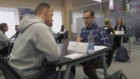 Negociaciones de buscador de trabajo con el reclutador durante el alquiler para el empleo en el parque de alta tecnología MINSK,  metrajes