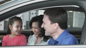 Negociaciones de la familia en nuevo coche almacen de metraje de vídeo