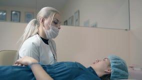 Negociaciones de la mujer con el cliente de la muchacha sobre procedimiento de tatuaje de la frente metrajes