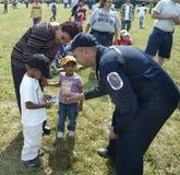 Negociaciones de un policía a los pequeños niños foto de archivo
