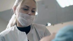 Negociaciones del amo de la frente con la mujer sobre microblading en salón almacen de video