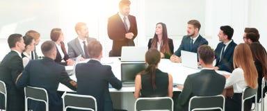Negociaciones del negocio en la mesa redonda imagen de archivo