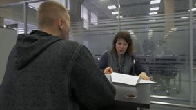 Negociaciones del reclutador a un buscador de trabajo durante la entrevista para el empleo en el parque de alta tecnología Minsk, almacen de video