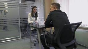 Negociaciones femeninas del reclutador a un buscador de trabajo durante el alquiler para el empleo en el parque de alta tecnologí metrajes