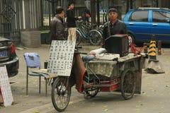 Negociante chinês de aparelhos eletrodomésticos de segunda mão, pega Fotos de Stock