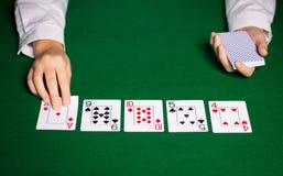 Negociante de Holdem com cartões de jogo Foto de Stock Royalty Free