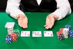 Negociante de Holdem com cartões de jogo e microplaquetas do casino Imagens de Stock