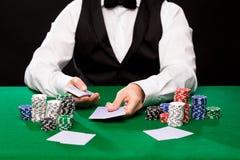 Negociante de Holdem com cartões de jogo e microplaquetas do casino Imagens de Stock Royalty Free