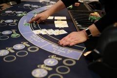 Negociante em um jogo do casino do vinte-e-um Imagens de Stock