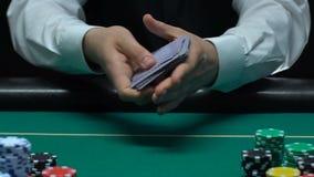 Negociante profissional do pôquer que baralha e que remove o ás do diamante, o sucesso e a sorte vídeos de arquivo