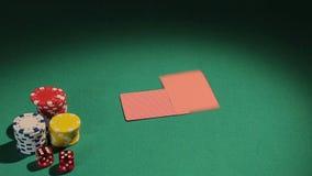 Negociante que trabalha para o casino ilegal, negociando cartões aos jogadores, negócio de jogo video estoque