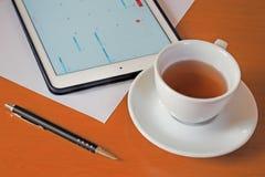 Negocio, calendarios, cita Tabla de la oficina con la libreta, ordenador, taza de café Imágenes de archivo libres de regalías