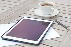 Negocio, calendarios, cita Tabla de la oficina con la libreta, ordenador, taza de café Imagen de archivo