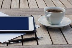 Negocio, calendarios, cita Tabla de la oficina con la libreta, ordenador, taza de café Foto de archivo