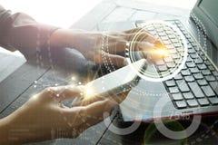 Negocio con el interfaz elegante Worldw de la tecnología de la conexión del teléfono Fotografía de archivo