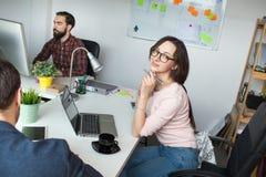 Negocio de discusión masculino joven con la mujer en oficina moderna Imagen de archivo libre de regalías
