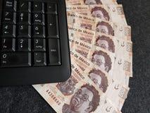 Negocio de Internet, teclado numérico rodeado por las cuentas mexicanas Foto de archivo