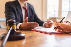 negocio de la Co-inversión y acuerdo de contrato de firma del equipo del abogado o del juez, foto de archivo