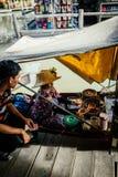 Negocio de la comida de Tailandia en el barco foto de archivo