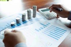 Negocio de la moneda del s?mbolo, finanzas, crecimiento financiero, inversi?n que consulta, finanzas, inversi?n, negocio, trabajo fotos de archivo
