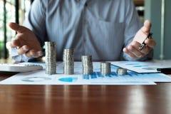 Negocio de la moneda del s?mbolo, finanzas, crecimiento financiero, inversi?n que consulta, finanzas, inversi?n, negocio, trabajo fotos de archivo libres de regalías