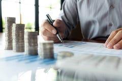 Negocio de la moneda del s?mbolo, finanzas, crecimiento financiero, inversi?n que consulta, finanzas, inversi?n, negocio, trabajo imagen de archivo