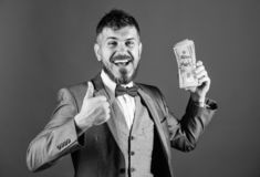 Negocio de la transacci?n de efectivo Pila rica del control del ganador feliz del hombre de fondo azul de los billetes de banco d fotografía de archivo libre de regalías