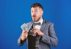 Negocio de la transacci?n de efectivo Pr?stamos en efectivo f?ciles Pila formal del control del traje del hombre de fondo azul de imagen de archivo