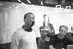 Negocio de lanzamiento Team Brainstorming en taller de la reunión imágenes de archivo libres de regalías