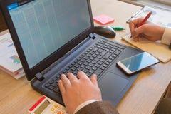 Negocio de las finanzas y de la contabilidad Empresario que trabaja en oficina dinero del ahorro o concepto del seguro fotografía de archivo