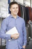 Negocio de moda de Running On Line del hombre de negocios con la tableta de Digitaces Fotos de archivo libres de regalías