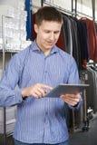 Negocio de moda de Running On Line del hombre de negocios con la tableta de Digitaces foto de archivo